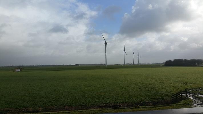 Windmolens tijdens een wandeling over het Nederlands Kustpad van Makkum naar Harlingen