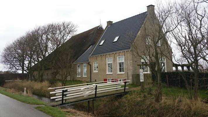 Boerderij Pingjum tijdens een wandeling over het Nederlands Kustpad van Makkum naar Harlingen