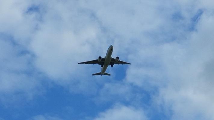Vliegtuig richting Schipholtijdens wandeling van Pont Buitenhuizen naar Halfweg over het Noord-Hollandpad