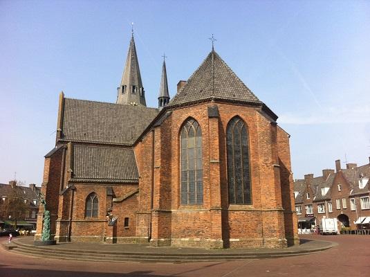 Wandelen over het Oudste Wandelpad van Nederland bij de Grote Kerk in Wageningen