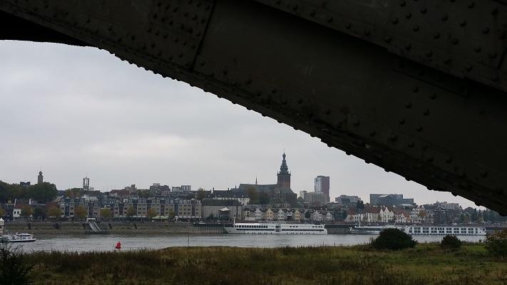 Wandelen in Park Lingezegen over het Doornikpad met zicht op Nijmegen