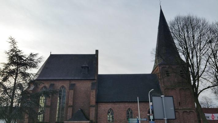 Wandelen in Park Lingezegen over Parkpad bij kerk in Driel