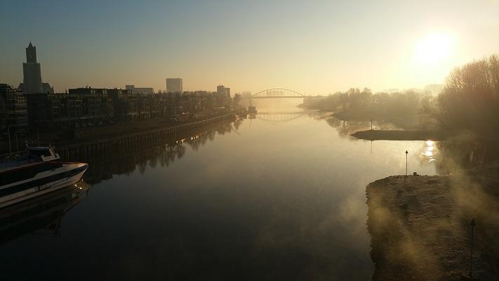 Wandelen in Park Lingezegen over het Waterpad bij de Rijn in Arnhem