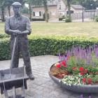 Wandelen over het Peelpad bij beeld van de Peelwerker in Landhorst