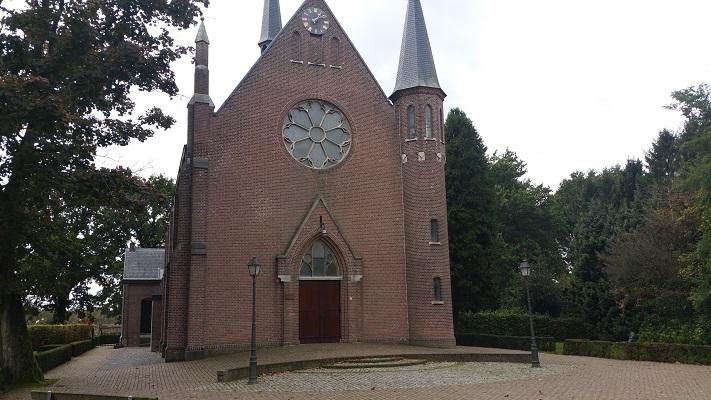 Wandelen over het Peelpad biji de kerk in Griendtsveen