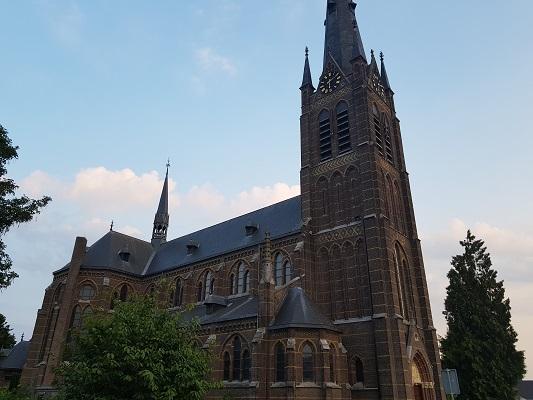 Wandelen over het Peelpad bij de kerk in Liessel
