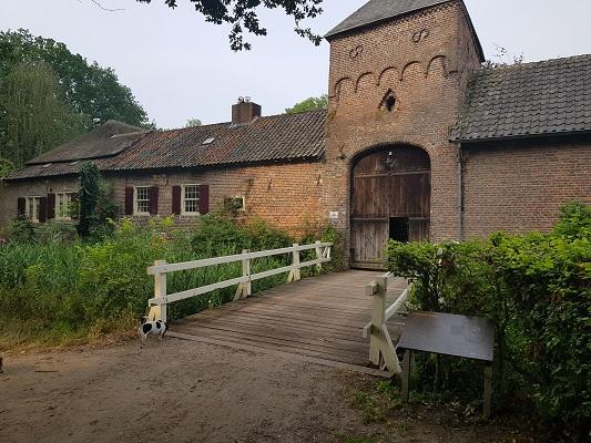 Wandelen over het Peelpad bij het kasteel in Heusden