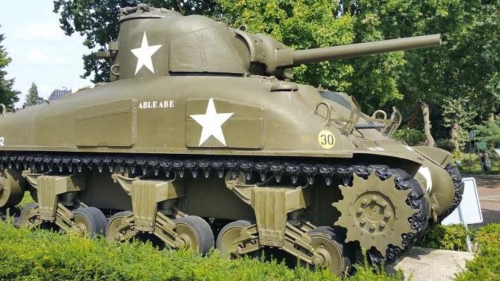 Wandelen over het Peelpad bij een tank bij het Oorlogs- en Verzetsmuseum in Overloon