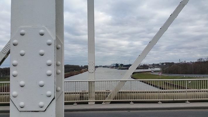 Wandelen over het Peerkepad in de voetsporen van Peerke Donders op brug over Julianakanaal in Stein