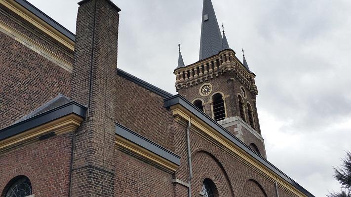 Wandelen over het Peerkepad in de voetsporen van Peerke Donders bij de kerk in Elsloo
