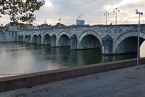 Wandelen over het Pelgrimspad bij Sint Servatiusbrug in Maastricht