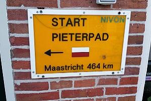 Wandelen over het Pieterpad bij start Pieterpad in Pieterburen