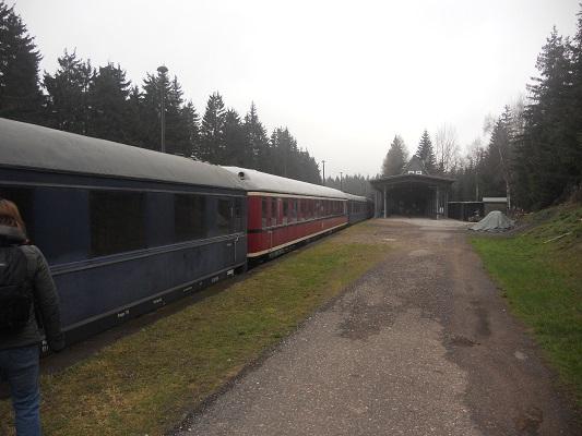 Treinen op treinstation tijdens wandeling van Bahnhof Rennsteig naar Rondell op wandelreis in Thüringen in Duitsland