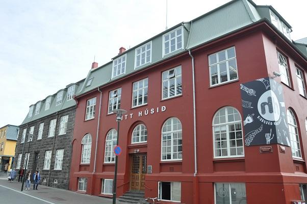 Authentiek historisch gebouw tijdens stadswandeling in Reykjavik op wandelreis in IJsland