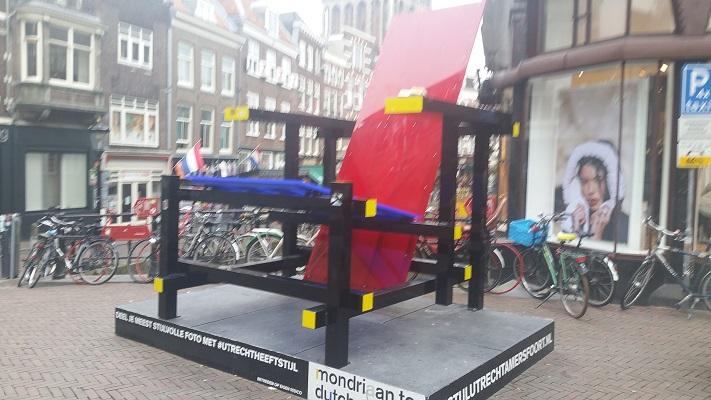 Stoel Mondriaan tentoonstelling tijdens Gerrit Rietveld wandelroute in Utrecht