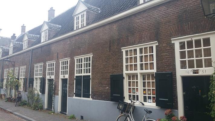 Oude arbeidershuizen tijdens Gerrit Rietveld wandelroute in Utrecht