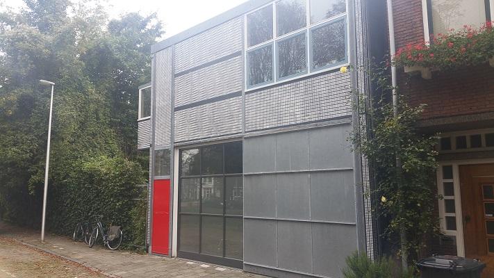 Garage ontworpen door Gerrit Rietveld tijdens Gerrit Rietveld wandelroute in Utrecht