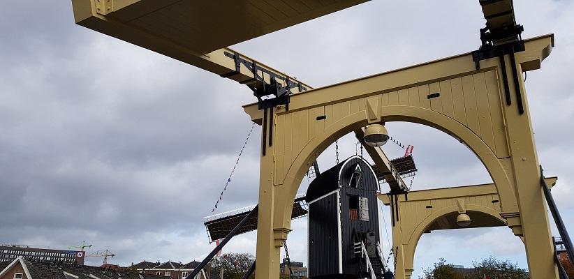 Wandelen over het Romeinse Limespad bij ophaalbrug in Leiden