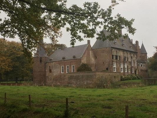 Kasteel Hernen tijdens wandeling van Ravenstein naar Hernen over het Roots Natuurpad