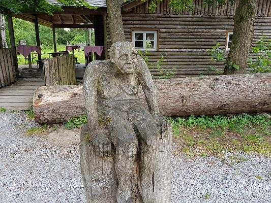 Houtkunstwerk op wandeling van Brilon naar Olsberg tijdens wandelreis over Rothaarsteige in Sauerland in Duitsland