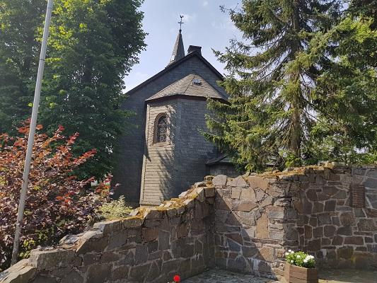 Kerk Langewiese tijdens wandeling van Kahler Asten naar de Hoheleyehutte over de Rothaarsteige in Sauerland in Duitsland