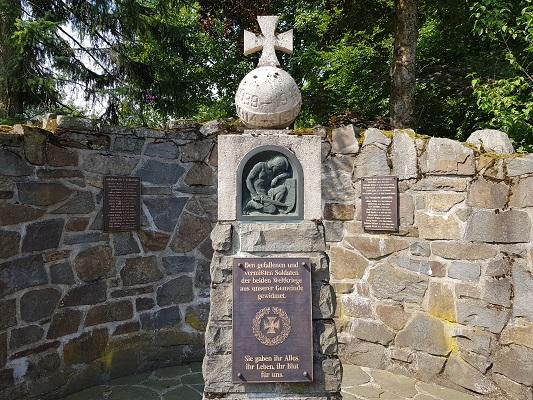 Herinneringsmonument 2e WO in Langewiese tijdens wandeling van Kahler Asten naar de Hoheleyehutte over de Rothaarsteige in Sauerland in Duitsland
