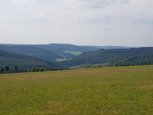 Blik over Sauerland tijdens wandeling van Kahler Asten naar de Hoheleyehutte over de Rothaarsteige in Sauerland in Duitsland
