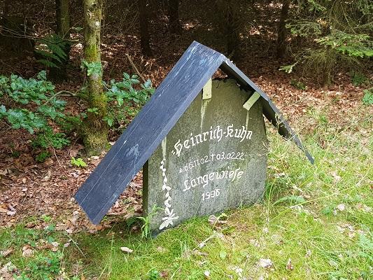 Herdenkingssteeen Langewiese tijdens wandeling van Kahler Asten naar de Hoheleyehutte over de Rothaarsteige in Sauerland in Duitsland