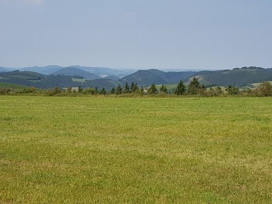 Landschap tijdens wandeling van Kahler Asten naar de Hoheleyehutte over de Rothaarsteige in Sauerland in Duitsland