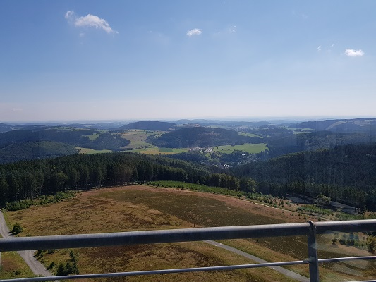 Uitzicht over skigebied Willingen tijdens wandeling van Willingen naar Usseln op wandelreis over Rothaarsteige in Sauerland in Duitsland