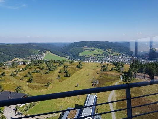 Uitzicht vanaf toren over Willingen tijdens wandeling van Willingen naar Usseln op wandelreis over Rothaarsteige in Sauerland in Duitsland