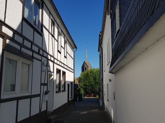 Huis met kerk in Winterberg op wandeling van Winterberg naar Kahler Asten tijdens wandelreis over Rothaarsteige in Sauerland in Duitsland