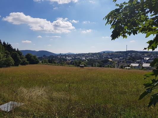 Zicht op Winterberg op wandeling van Winterberg naar Kahler Asten tijdens wandelreis over Rothaarsteige in Sauerland in Duitsland