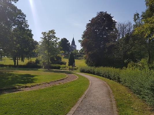 Stadspark Winterberg tijdens wandeling naar de Ruhrquelle op wandelreis naar Rothaarsteige in Sauerland in Duitsland