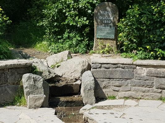 Bron van de Ruhr tijdens wandeling naar de Ruhrquelle op wandelreis naar Rothaarsteige in Sauerland in Duitsland