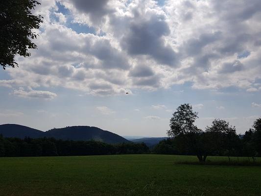 Blauwe luchten tijdens wandeling naar de Ruhrquelle op wandelreis naar Rothaarsteige in Sauerland in Duitsland