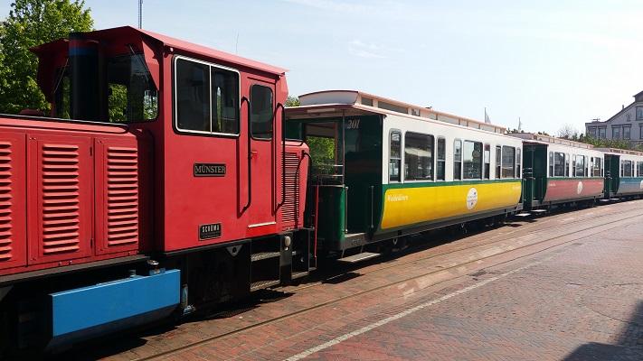 Historisch treintje op waddeneiland Borkum in een wandeling WaddenWandelen op Borkum