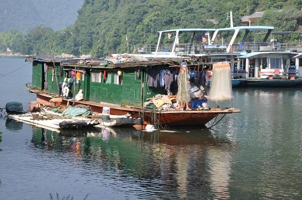 Woonboot in rivier de Li tijdens wandeling in karstgebied bij Guilin in China