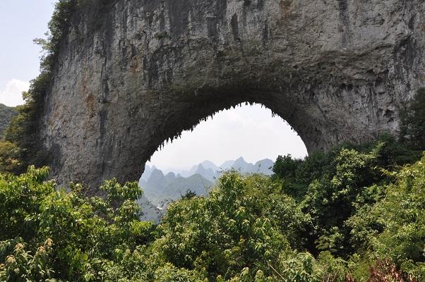 Boog in rots tijdens wandeling in karstgebied bij Guilin in China