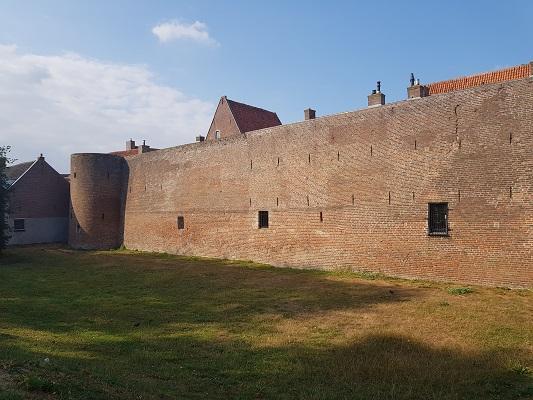 Wandelen over het Westerborkpad van 't Harde naar Elburg bij stadsmuur
