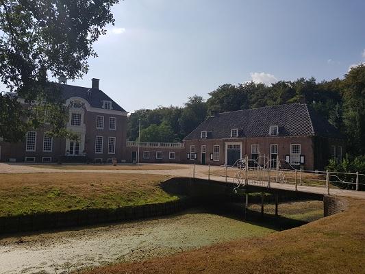 Wandelen over het Westerborkpad van 't Harde naar Elburg bij Kasteel De Rozenburg