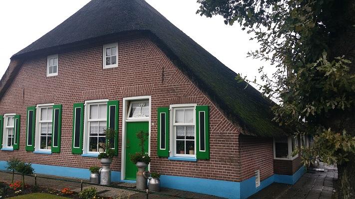 Wandelen over het Westerborkpad bij een boerderij in Staphorst