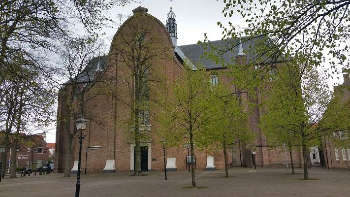 Wandelen over het Westerborkpad bij de Grote Kerk in Harderwijk