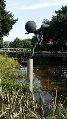 Monument ter herinnering aan de werkverschaffing in Ruiten Aa bij Jipsinghuizen op wandeling over Westerwoldepad van Sellingen naar Vlagtwedde