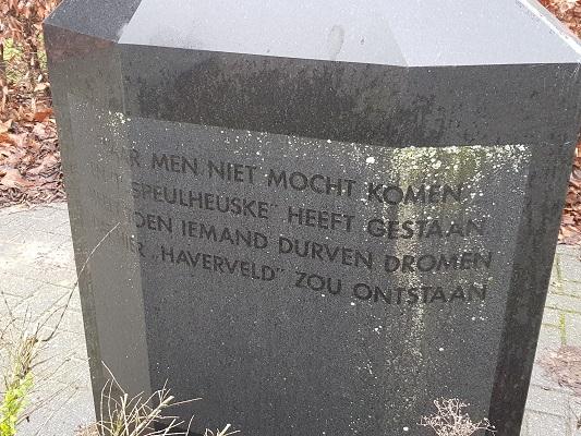 Gedenksteen in Helmond-Noord tijdens een wandeling Ontdek de Kunst van Brabant Vertelt