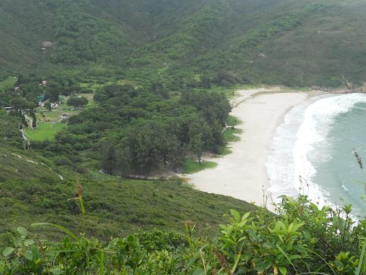 Wit strand en groen op een wandeling van Pak Tam Chung naar Lange Ke over de Maclehose Trial in Hong Kong