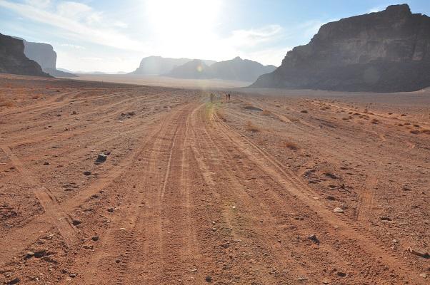 Eindeloze vlaktes in Wadi Rum tijdens een wandelreis van SNP door Jordanië