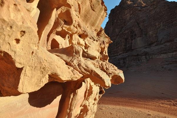Grillige rotsen in Wadi Rum tijdens een wandelreis van SNP door Jordanië
