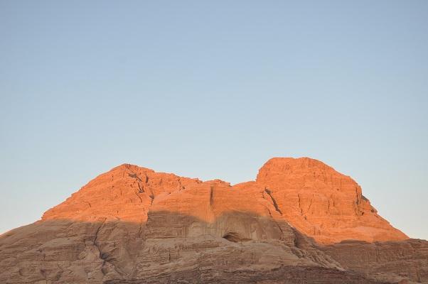 Rode rotsen in Wadi Rum tijdens een wandelreis van SNP door Jordanië
