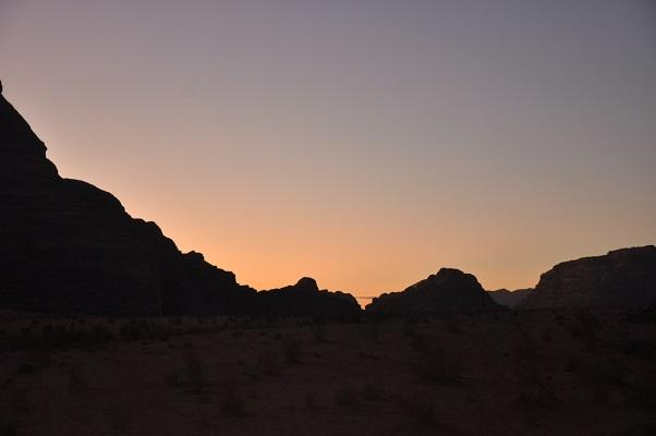 Zonsondergang in Wadi Rum tijdens een wandelreis van SNP door Jordanië